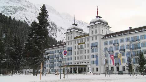 Un-Gran-Hotel-Cubierto-De-Nieve-Es-Elegante-E-Imponente