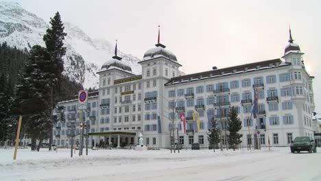 Un-Gran-Hotel-Cubierto-De-Nieve-Es-Elegante-E-Imponente-1