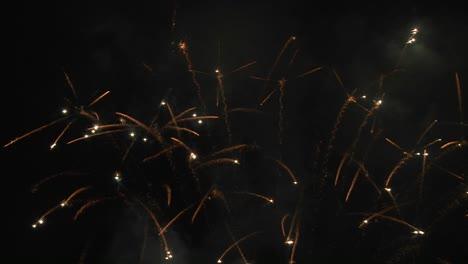 Ein-Feuerwerk-Erzeugt-Funkelnde-Helligkeit-1