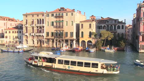 Boat-traffic-along-the-canals-of-Venice-Italy-2