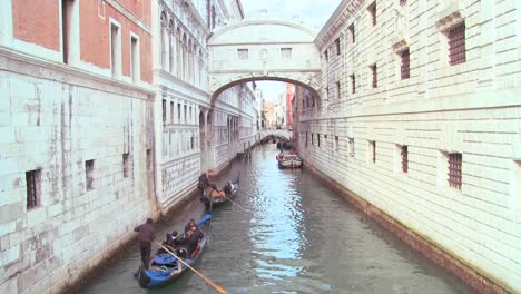 Gondolas-pass-under-the-Bridge-of-Sighs-in-Venice-Italy