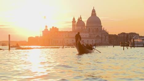 Una-Góndola-Es-Remada-Por-Un-Gondolero-Frente-A-La-Atardecer-En-La-Romántica-Venecia-Italia