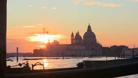 Eine-Gondel-Wird-Von-Einem-Gondoliere-Vor-Der-Untergehenden-Sonne-Im-Romantischen-Venedig-Italien-Gerudert-3