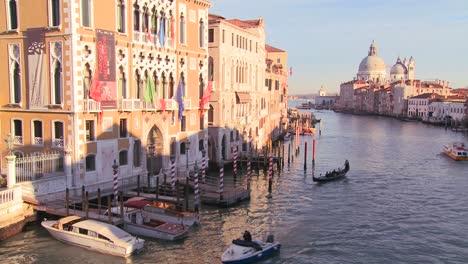 Beautiful-establishing-shot-of-Venice-Italy-2