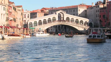 Time-lapse-of-boats-and-gondolas-under-the-Rialto-Bridge-in-Venice-Italy