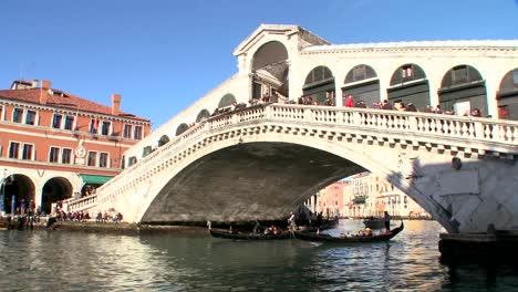 Góndolas-Bajo-El-Puente-De-Rialto-En-Venecia-Italia-2