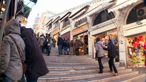 Time-lapse-of-crowds-walking-over-the-Rialto-Bridge-in-Venice-Italy