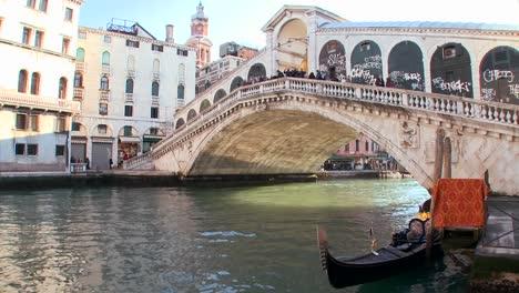 Time-lapse-of-gondolas-under-the-Rialto-Bridge-in-Venice-Italy