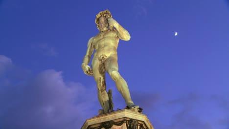 Lapso-De-Tiempo-Del-Estado-De-David-Al-Atardecer-En-Florencia-Italia-Con-La-Luna-De-Fondo