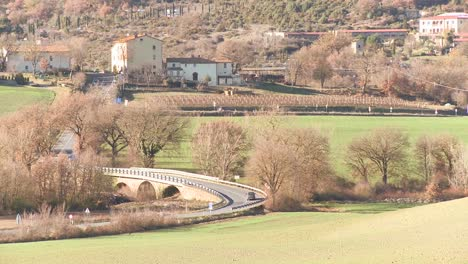Los-Coches-Viajan-Por-Una-Carretera-Rural-En-Toscana-Italia