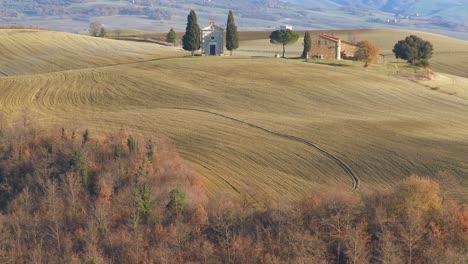 A-beautiful-farmhouse-and-church-in-Tuscany-Italy-1