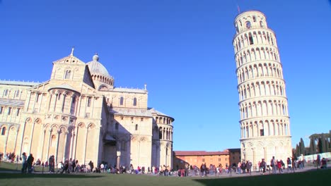 Wide-shot-of-the-famous-Leaning-Tower-of-Pisa