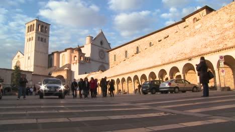 Visitors-walk-towards-the-main-church-at-Assisi-Italy