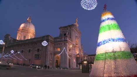 Weihnachtsschmuck-Rund-Um-Einen-Italienischen-Kirchplatz