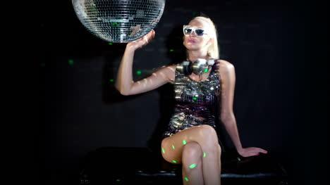 Woman-Headphones-Disco-0-09