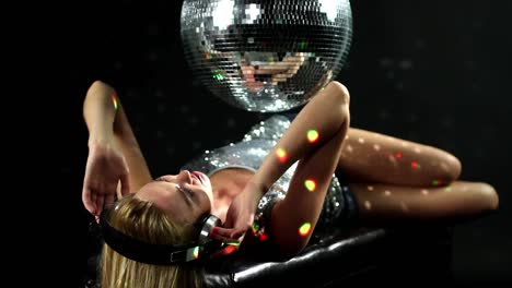 Woman-Headphones-Disco-102