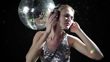 Woman-Headphones-Disco-125