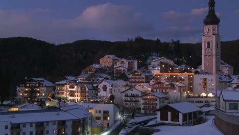 Escena-Nocturna-En-Un-Pueblo-Tirolés-Nevado-En-Los-Alpes-En-Austria-Suiza-Italia-Eslovenia-O-Un-País-De-Europa-Oriental-1