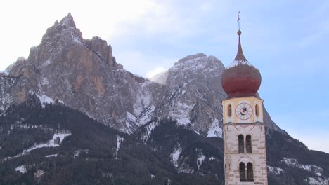 Una-Iglesia-Oriental-En-Un-Pueblo-Tirolés-Nevado-En-Los-Alpes-En-Austria-Suiza-Italia-Eslovenia-O-Un-Country-De-Europa-Oriental-4