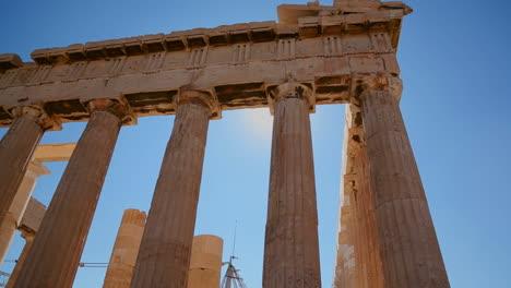 Ángulo-Bajo-De-Las-Columnas-De-La-Acrópolis-Y-El-Partenón-En-La-Cima-De-La-Colina-En-Atenas-Grecia