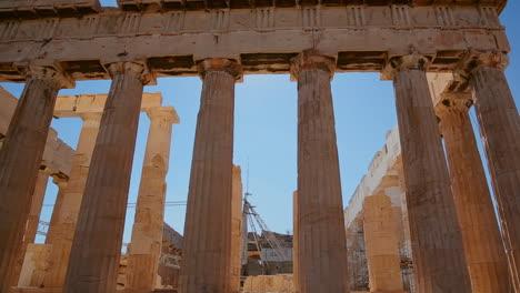 Pan-De-ángulo-Bajo-De-Las-Columnas-De-La-Acrópolis-Y-El-Partenón-En-La-Cima-De-Una-Colina-En-Atenas-Grecia-1