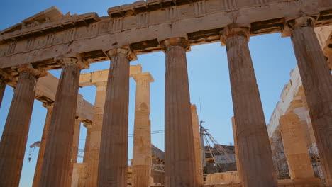 Pan-De-ángulo-Bajo-De-Las-Columnas-De-La-Acrópolis-Y-El-Partenón-En-La-Cima-De-La-Colina-En-Atenas-Grecia-2