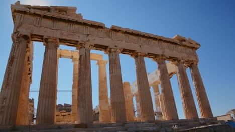 Disparo-De-ángulo-Bajo-De-Las-Columnas-De-La-Acrópolis-Y-El-Partenón-En-La-Cima-De-La-Colina-En-Atenas-Grecia