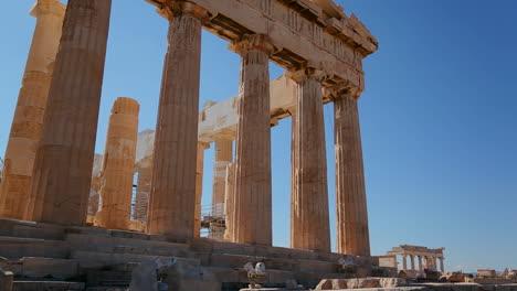 Disparo-De-ángulo-Bajo-De-Las-Columnas-De-La-Acrópolis-Y-El-Partenón-En-La-Cima-De-Una-Colina-En-Atenas-Grecia-1