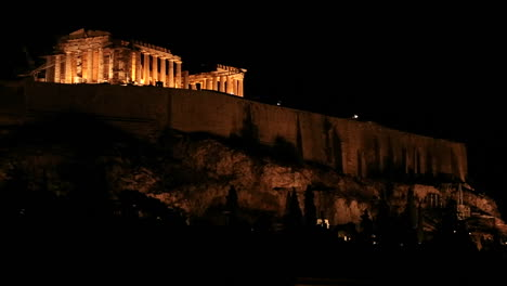 Night-shot-of-the-Acropolis-and-Parthenon-on-the-hilltop-in-Athens-Greece