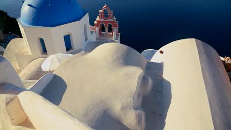 Inclinarse-Hacia-Una-Iglesia-Ortodoxa-Griega-En-La-Isla-Griega-De-Santorini-1