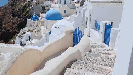 Inclinarse-Hacia-Una-Iglesia-Ortodoxa-Griega-En-La-Isla-Griega-De-Santorini-2