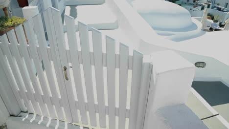 Hermosas-Paredes-Y-Puertas-Encaladas-En-La-Isla-De-Santorini-En-Grecia