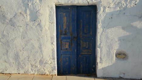 Beautiful-whitewashed-walls-and-blue-doors-on-the-island-of-Santorini-in-Greece