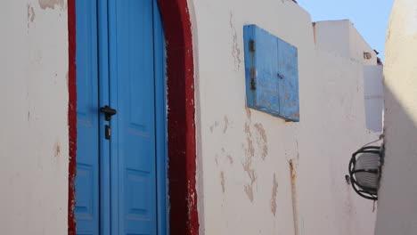 Hermosas-Paredes-Encaladas-Y-Puertas-Azules-En-La-Isla-De-Santorini-En-Grecia-1
