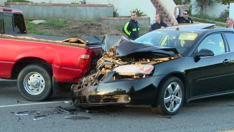 Los-Vehículos-Naufragan-En-Un-Accidente-Automovilístico-En-Una-Calle-De-La-Ciudad-1