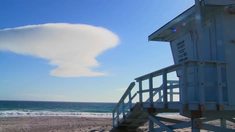 Time-lapse-of-a-cloud-formation-behind-a-lifeguard-station-on-a-Los-Angeles-beach