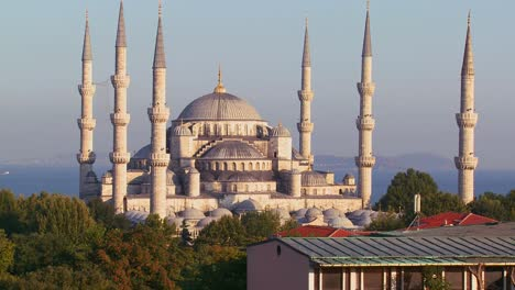 The-Blue-Mosque-in-Istanbul-Turkey-at-dusk-1