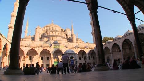 Una-Vista-Del-Patio-Interior-De-La-Mezquita-Azul-En-Estambul-Turquía