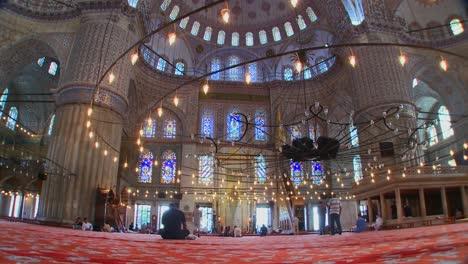 El-Interior-De-La-Mezquita-Azul-En-Turquía