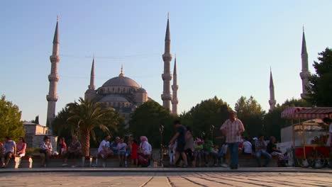 La-Gente-Camina-Frente-A-Las-Mezquitas-De-Estambul-Turquía
