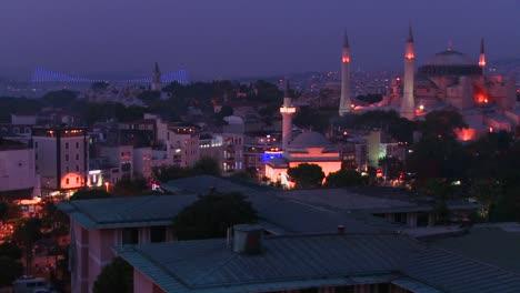 La-Mezquita-De-Santa-Sofía-En-Estambul-Turquía-Y-El-Horizonte-En-La-Distancia