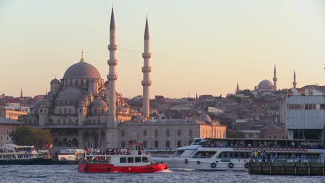 Boats-passing-in-front-of-the-mosques-of-Istanbul-Turkey-at-dusk