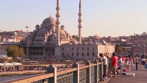 Los-Pescadores-Se-Paran-En-Un-Puente-Frente-A-Las-Mezquitas-De-Estambul-Turquía-Al-Atardecer