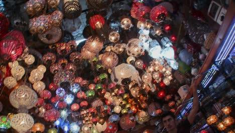 Lámparas-Y-Luces-Multicolores-En-Una-Tienda-En-Estambul-Turquía