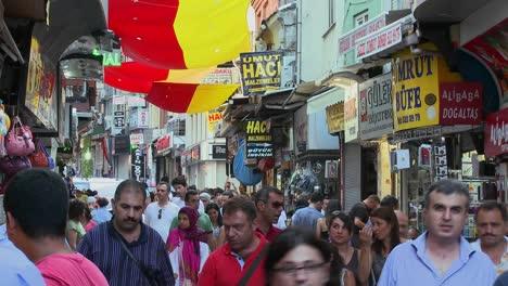 Las-Calles-Abarrotadas-Cerca-Del-Gran-Bazar-De-Estambul-Turquía