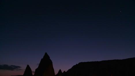 Se-Recortan-Extrañas-Agujas-Al-Atardecer-En-Capadocia-Turquía-1
