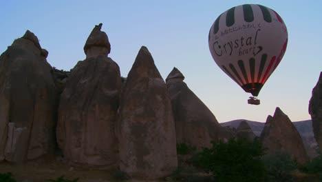 Un-Globo-Aerostático-Sobrevuela-Las-Magníficas-Formaciones-Geológicas-De-Capadocia-Turquía-Un-Globo-Aerostático-Sobrevuela-Las-Magníficas-Formaciones-Geológicas-De-Capadocia-Turquía-