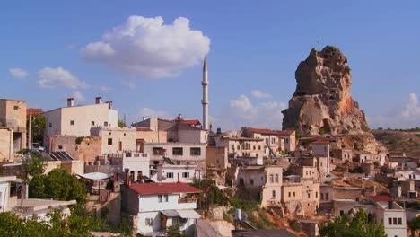 Un-Atractivo-Pueblo-En-El-Centro-De-Turquía-En-La-Región-De-Capadocia