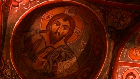 -ngulo-De-Visi-n-Baja-De-Techos-Pintados-Cristianos-En-Una-Cueva-Cerca-De-Capadocia-Turqu-a-3