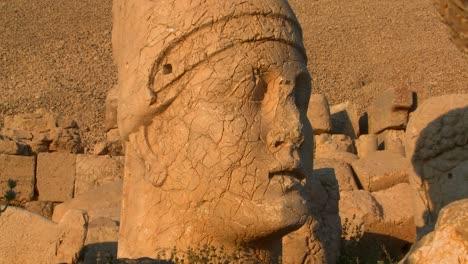 Las-Grandes-Cabezas-Arqueológicas-En-La-Cima-Del-Monte-Nemrut-Turquía-1